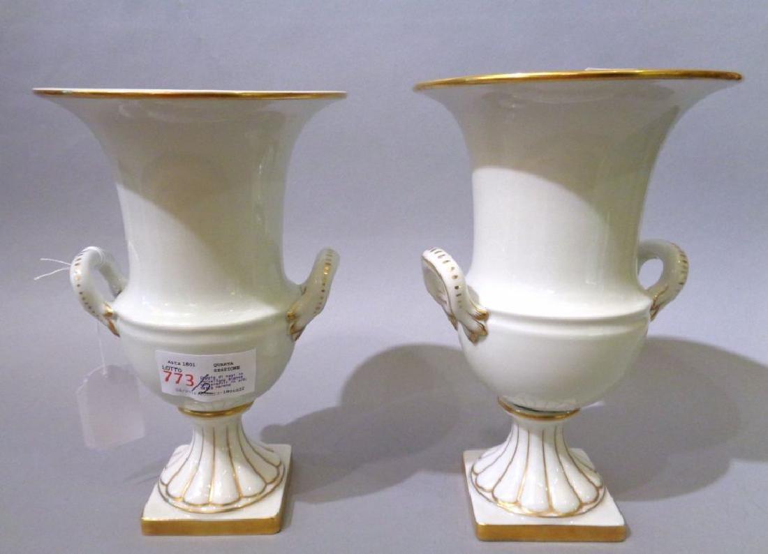 Coppia di vasi in porcellana bianca con profili