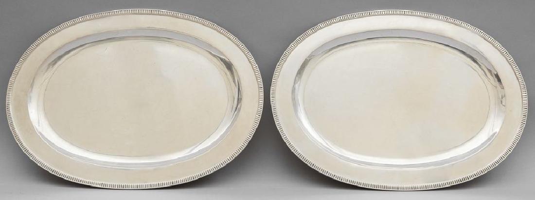 Coppia di piatti da portata in argento di forma