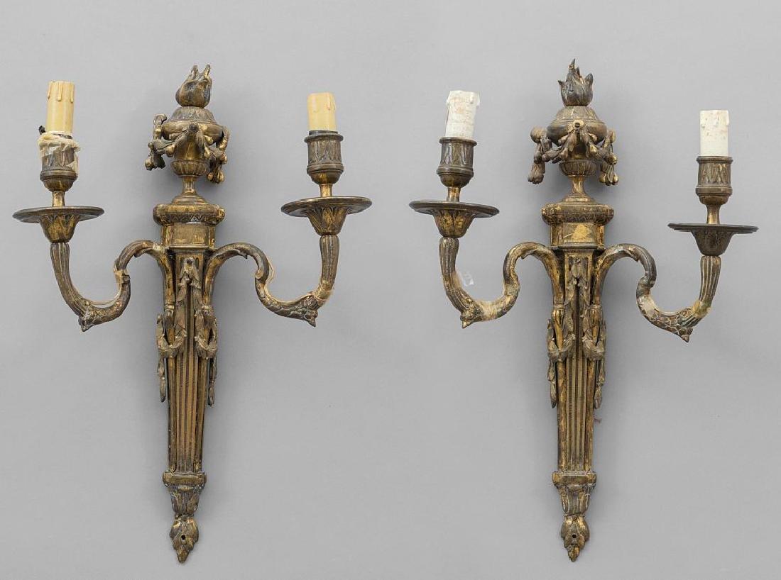 Coppia di apliques in stile Luigi XVI in bronzo,