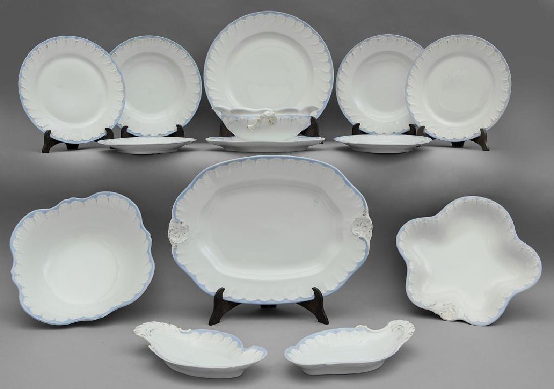 Servizio di piatti in porcellana bianca, celeste