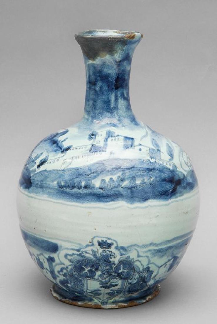 Bottiglia in ceramica bianca e blu decorata con