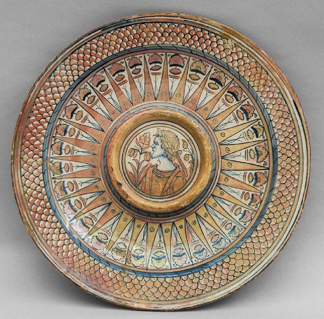 Piatto in ceramica decorato a lustro, nel cavetto