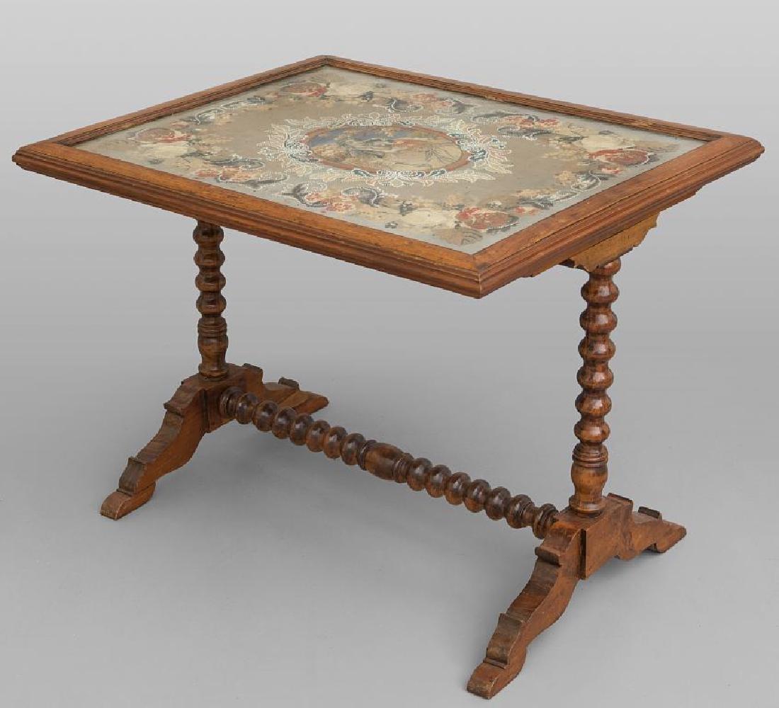Tavolino da sofà con piano ricamato a piccolo