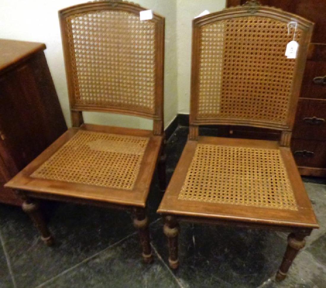 Coppia di sedie in noce in stile Luigi XVI