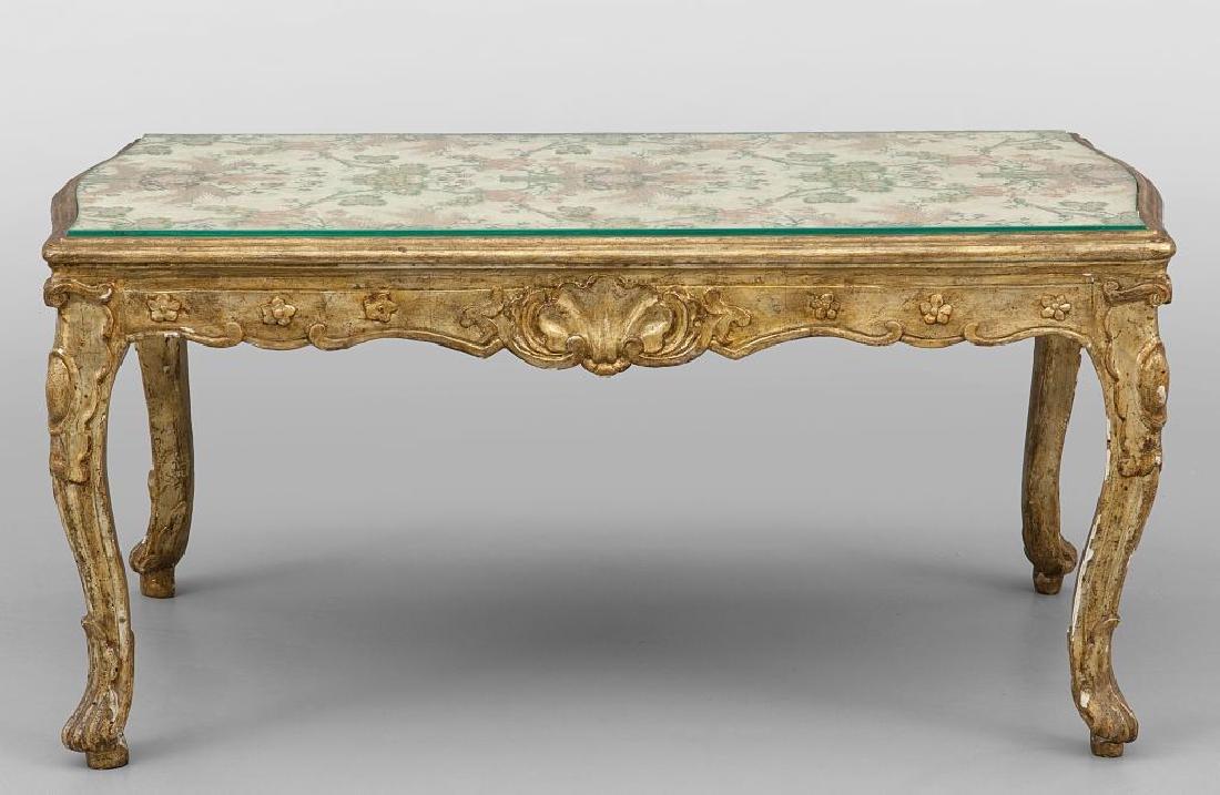 Tavolino basso in legno intagliato e dorato