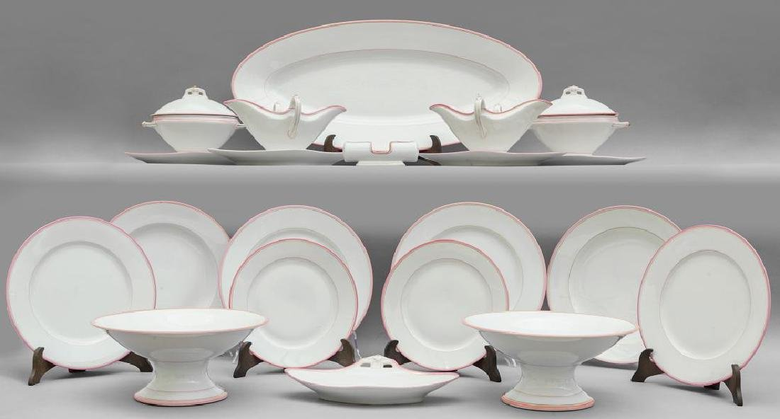 Servizio di piatti in porcellana bianca con
