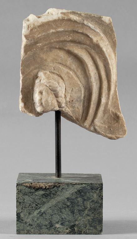 Frammento in marmo con testa coronata di