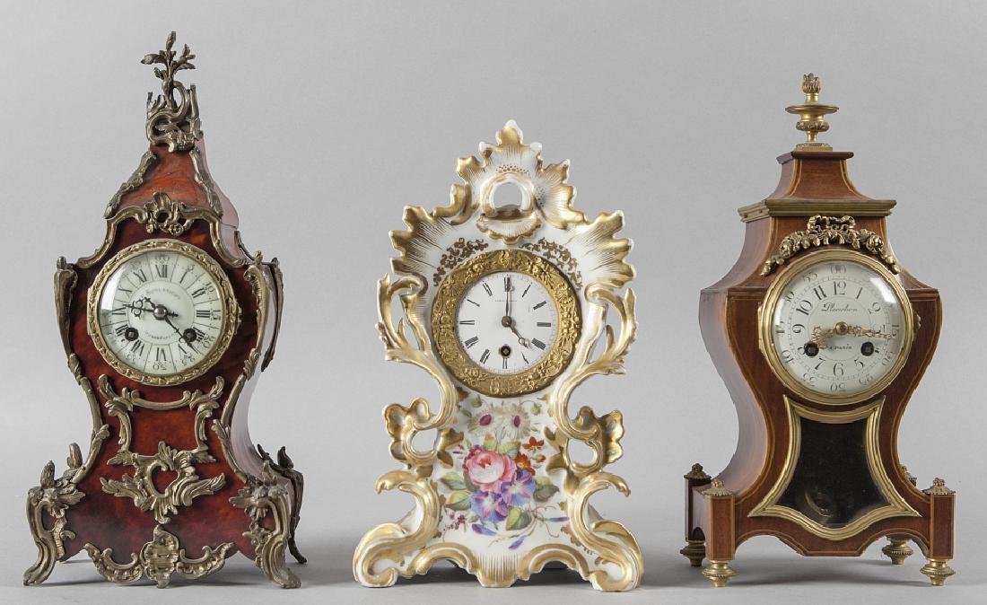Tre orologi di varie forme e materiali di  cui