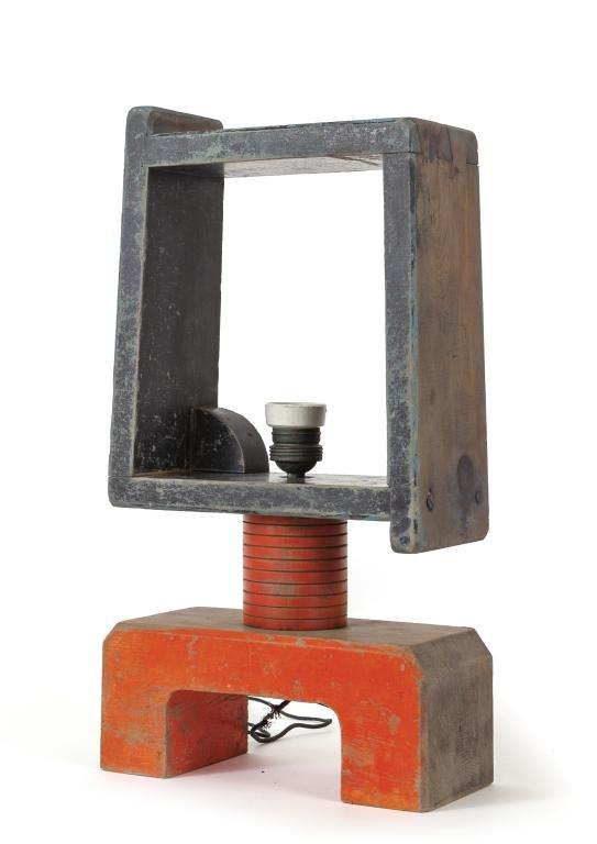 UNA LAMPADA DA TAVOLO, anni '30.  Legno