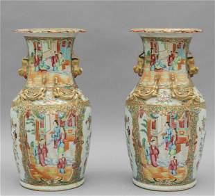 Coppia di vasi in porcellana decorati in