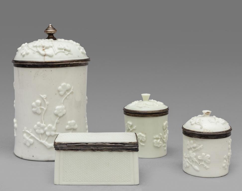Quattro scatolette diverse in porcellana bianca