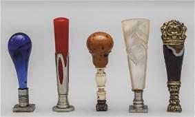Cinque sigilli in materiali diversi (vetro, agata