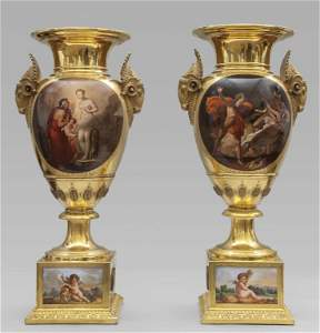 Coppia di importanti vasi in porcellana dorata