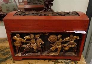 Bauletto in legno laccato rosso decorato con