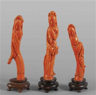 Tre statuine in corallo rosso raffiguranti