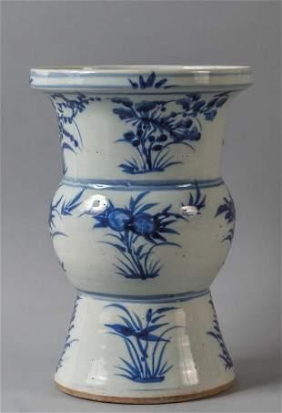 Vaso a tromba in porcellana decorata in bianco e