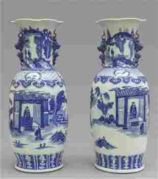 Coppia di vasi in porcellana, decorazione bianca