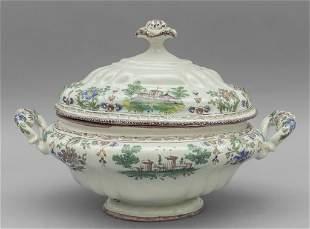 Zuppiera in ceramica decorata in policromia con