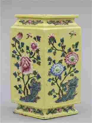 Vaso romboidale in porcellana di Cina gialla con
