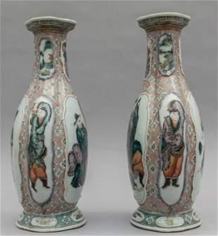 Coppia di vasi in porcellana policroma, Cina fine