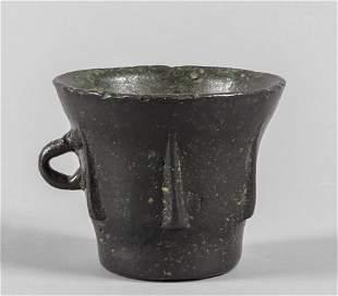 Mortaio in bronzo con alette e presa laterale ad
