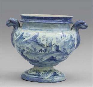 Idria in maiolica bianca e blu con prese a forma