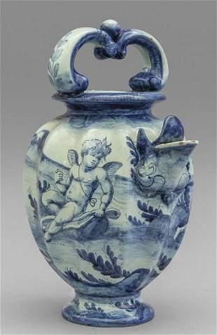 Brocca con manico in ceramica decorata in blu su