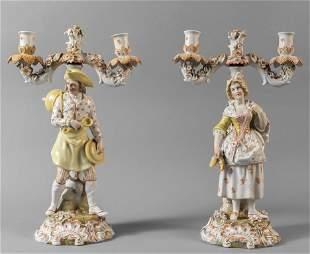 Coppia di candelabri a due luci in porcellana