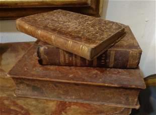 Tre antiche scatole a forma di libri