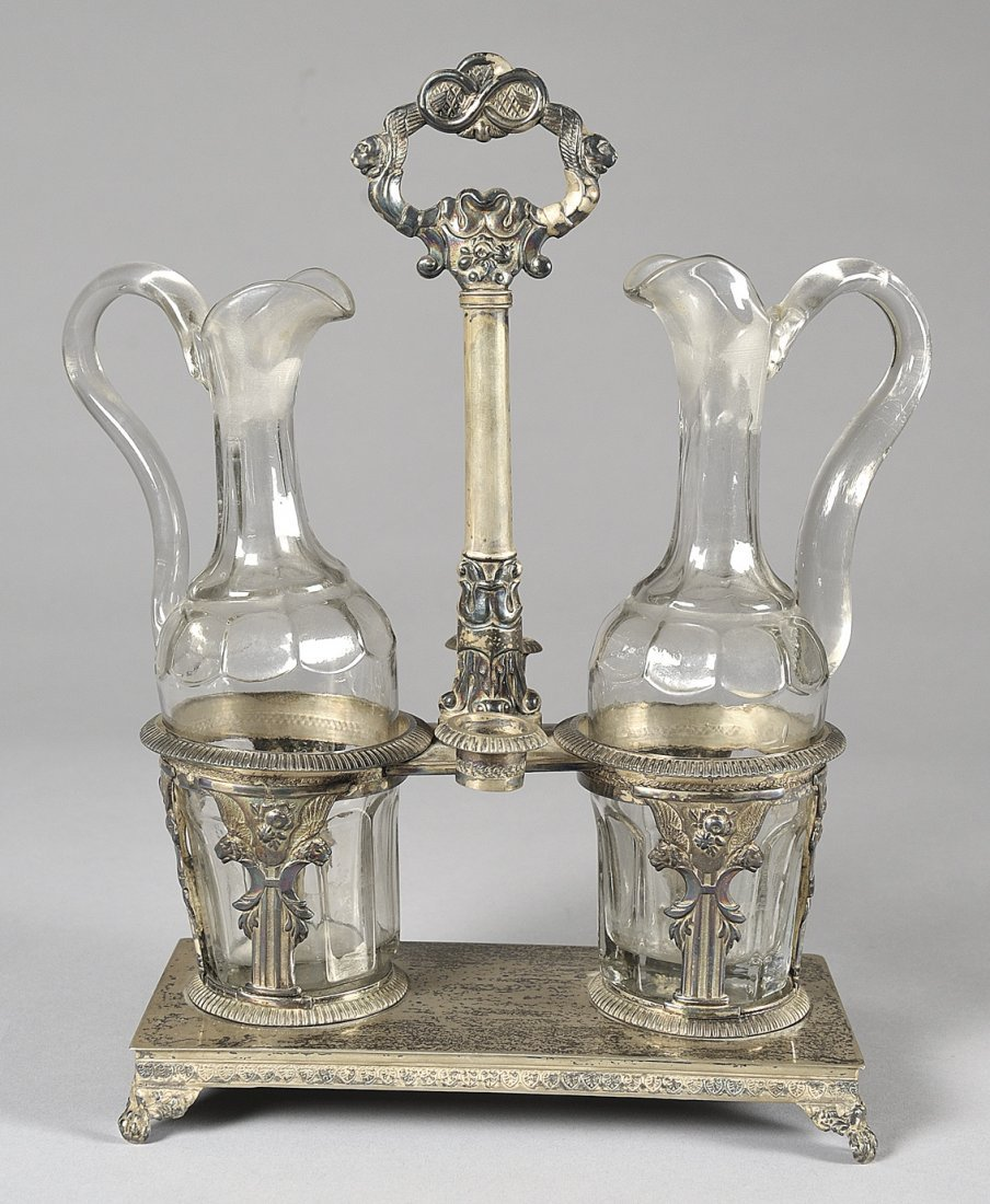 Oliera in argento sbalzato con ampolle in