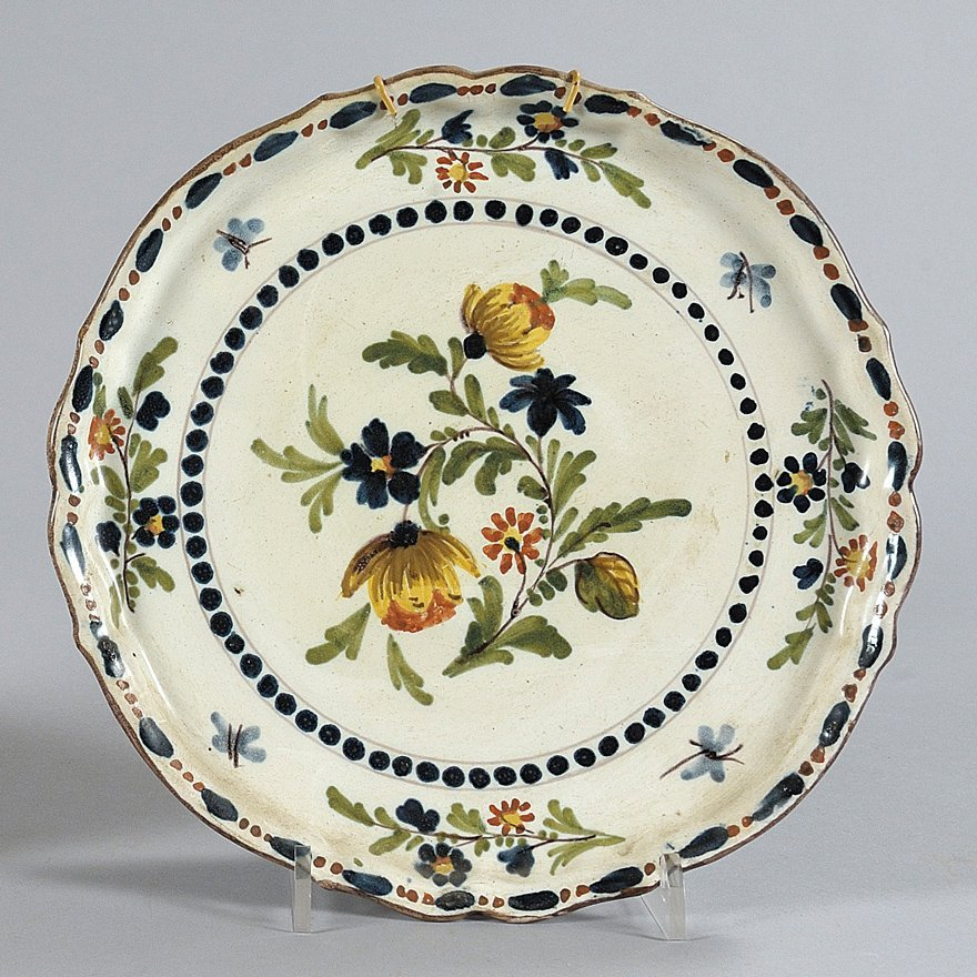 Alzata in ceramica decorata con mazzetto di fiori