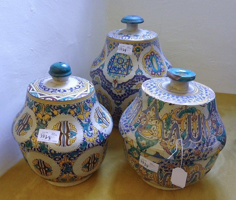 Tre vasi in terraglia con coperchio