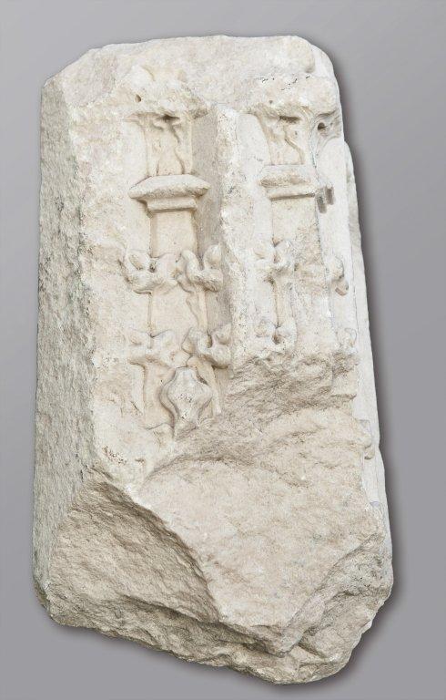 Frammento di capitello angolare in marmo,