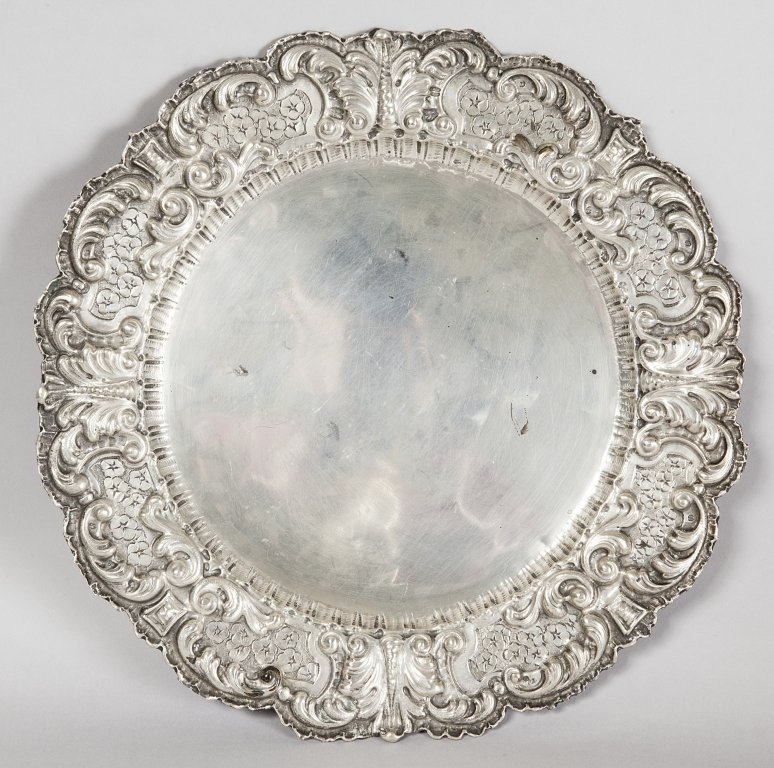 Grande piatto in argento sbalzato diam.cm.42,
