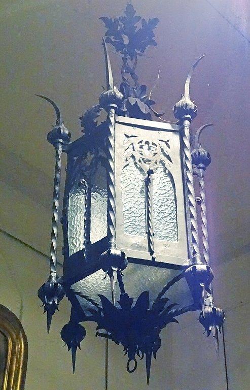 Lampadario in ferro battuto in stile neogotico di