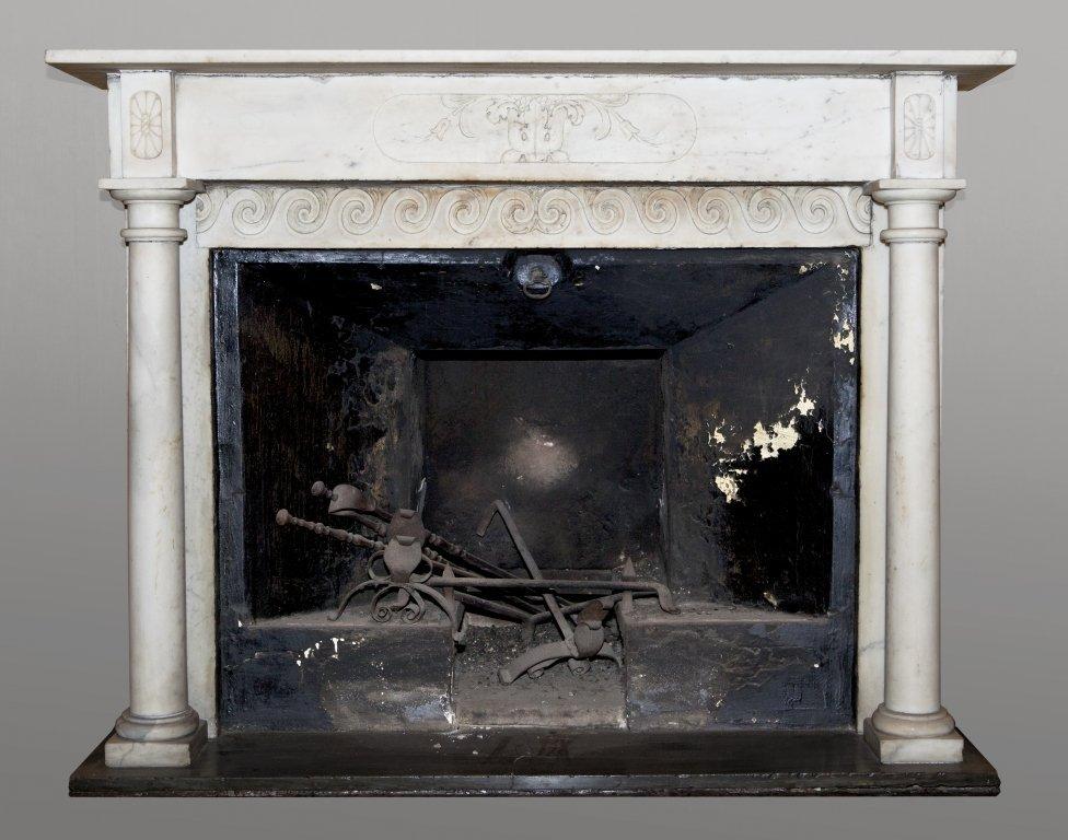 Camino neoclassico in marmo bianco sec.XIX cm.