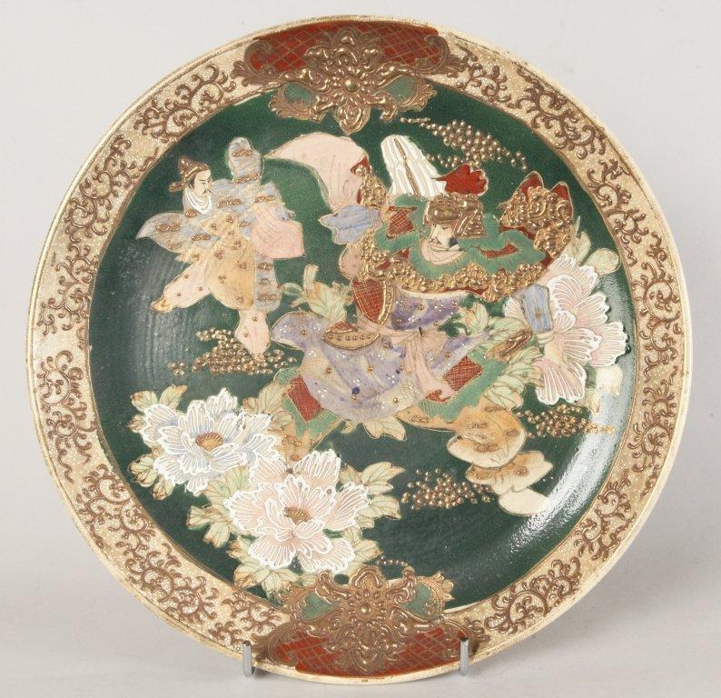 Grande piatto in porcellana policroma decorato a