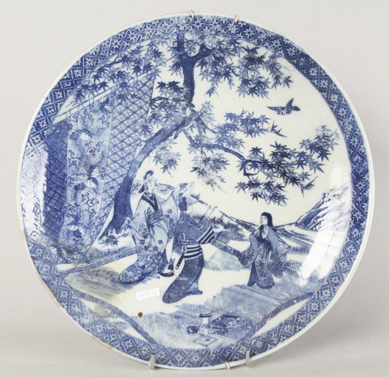 Grande piatto in porcellana bianca e blu decorato