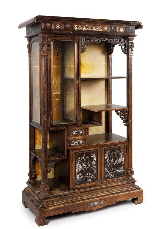 Mobile a vetrina in legno intagliato con