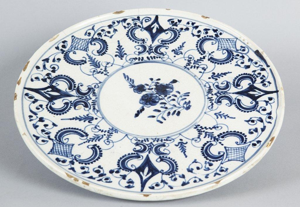 Alzata in ceramica bianca e blu, Savona sec.