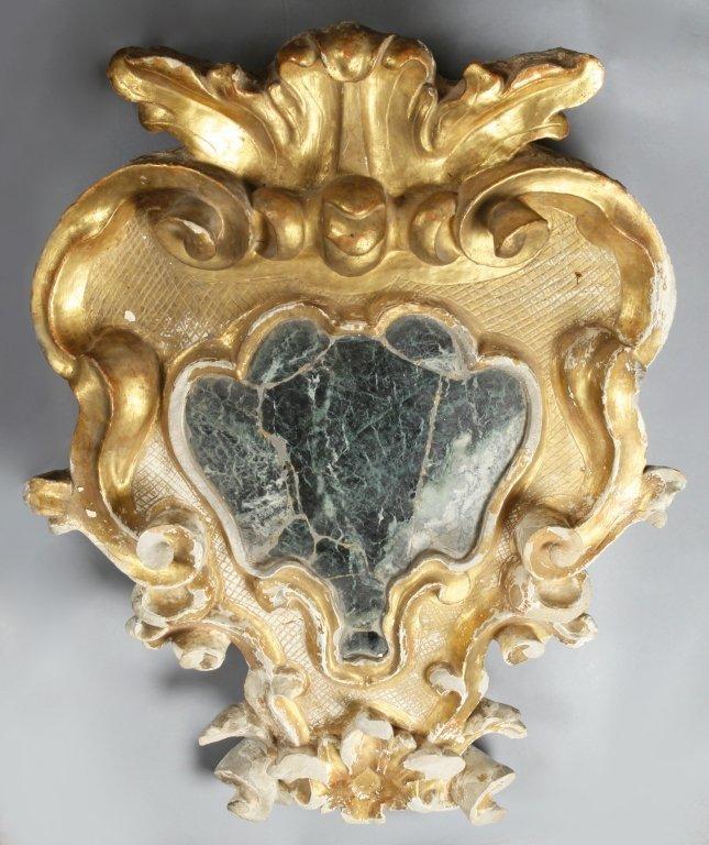 Grande stemma in legno intagliato e dorato,