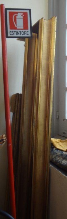 Tre mantovane in legno intagliato e dorato