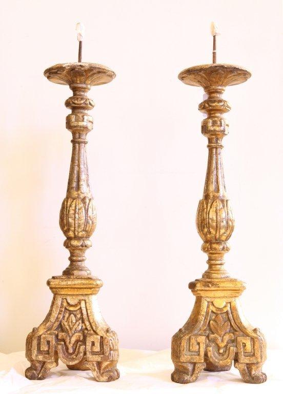 Coppia di candelieri in legno intagliato e dorato
