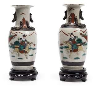 Coppia di vasetti cinesi con decoro a guerrieri,