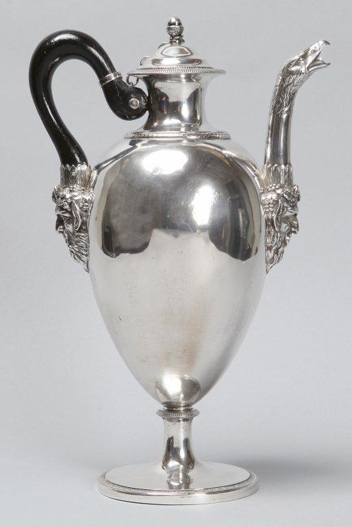 Caffettiera in argento sbalzato e cesellato