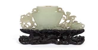 Scultura in giada bianca intagliata a forma di