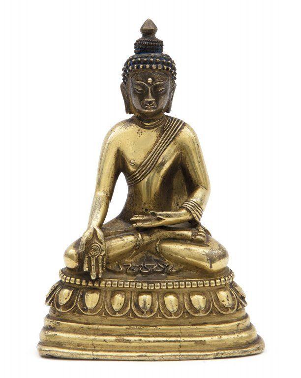 Statua di Buddha Bhaisajyaguru seduto su fiore di