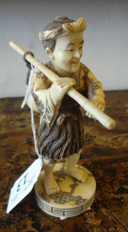 Uomo con vaso e bastone, statua in avorio inizi