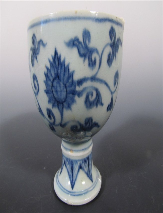 A BULE AND WHITE PORCELAIN STANDING CUP