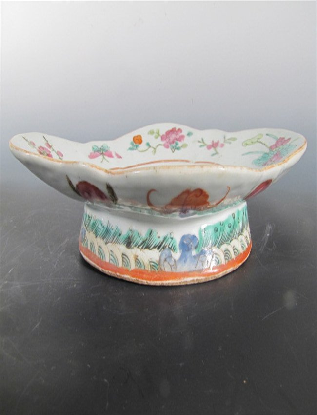 A PAIR OF famille ROSE FRUIT TRAY